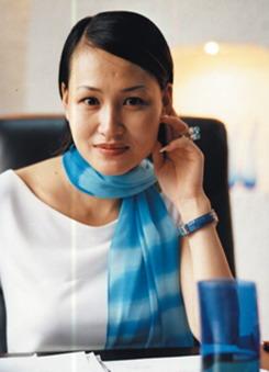 Thierry Mugler(蒂埃里穆勒) ESMOD毕业生,国际顶级时装设计师,于1974年在法国巴黎成立以自己的名字命名的公司,经营服装和香水,闻名世界,跻身全球顶级奢侈品品牌100强。 Thierry Mugler品牌在法国高级时装界里占有着重要的一席之地。自从1974年创建以来,它就以突破传统的个性赢得了热爱。Thierry Mugler的风格以其达到极致的精致,使人一眼望见就能辨认出来。 Thierry Mugler设计灵感来源广泛,所以其服装形式丰富,从粗俗的装饰倾向至严格的最简式抽象主义都有